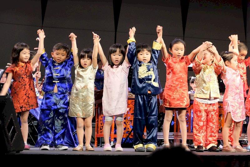 美國南加州小時代中文學校30多名小學生組成小時代兒童國樂團在查普曼大學演出。(趙苡廷提供)
