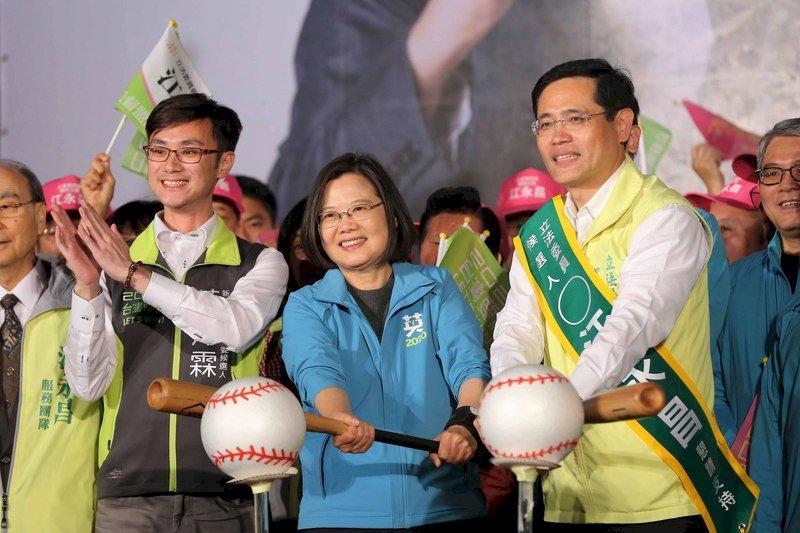 總統蔡英文(前中)10日晚間替同黨立委參選人江永昌(前右)造勢,並一起擊球,象徵連任全壘打。