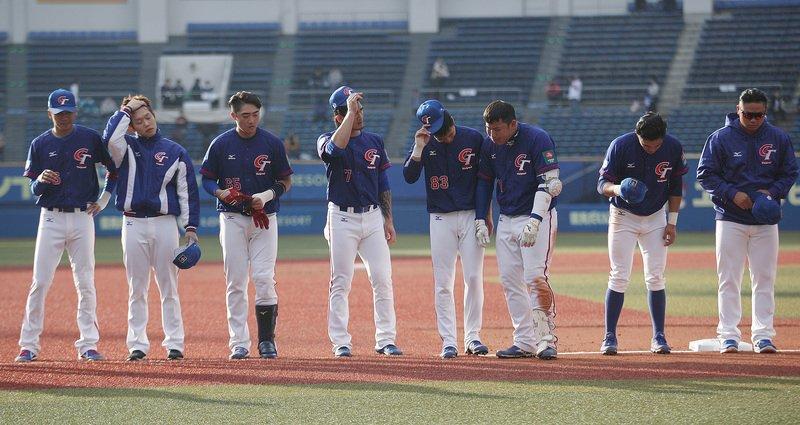 2019世界12強棒球錦標賽中華隊11日在複賽首戰對上墨西哥,全場只出現3支零星安打沒有得分,終場以0比2吞敗,賽後選手在場中向球迷鞠躬致意。