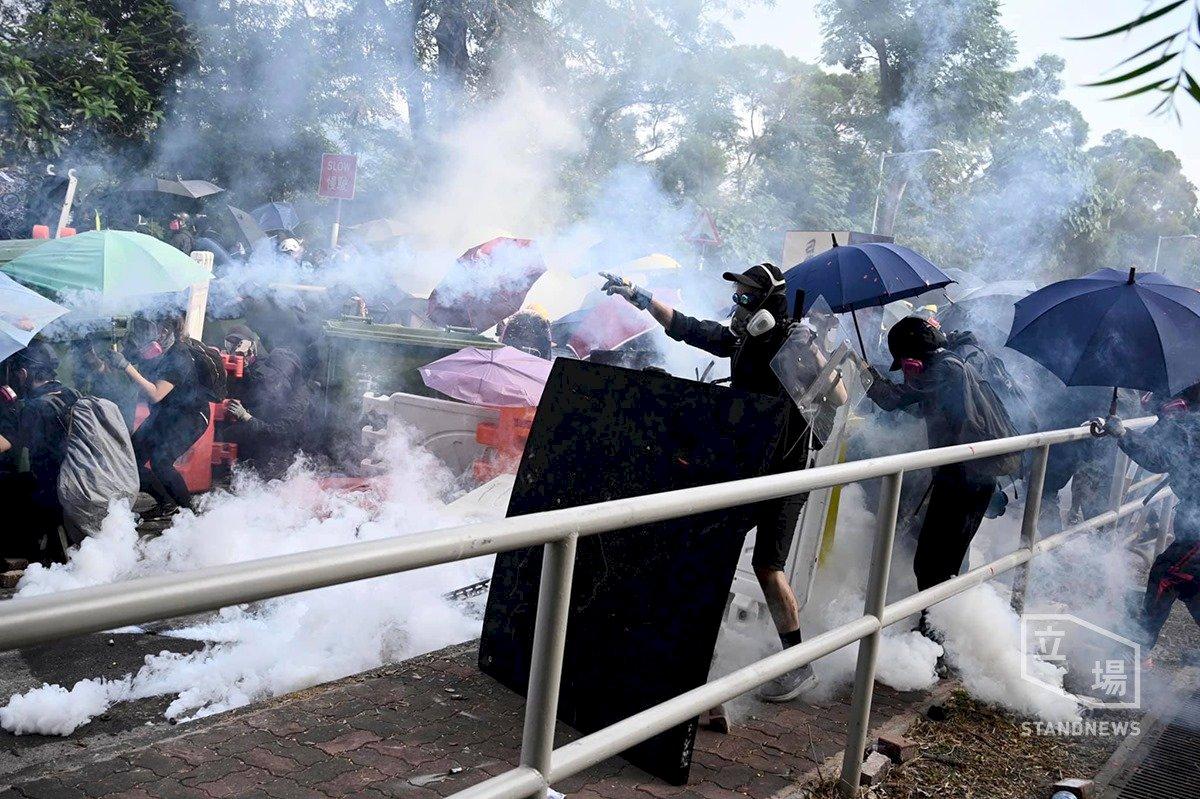 港警在大學旁狂射催淚彈 校方沉默不語