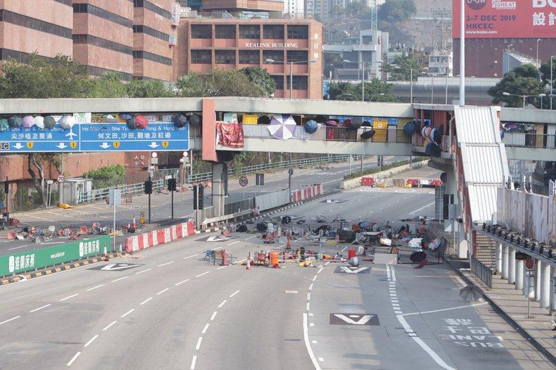 香港理大學生持續與警對峙 癱瘓海底隧道交通