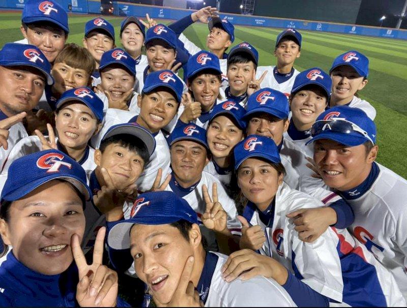 2019年第2屆亞洲女子棒球錦標賽,中華隊14日複賽與中國隊交手,中華隊投打發揮,以15比0、4局拿勝,取得冠軍戰門票,15日將再度碰上強敵日本,盼能復仇成功,將冠軍盃抱回台灣。(中華女棒隊教練顏良吉提供)