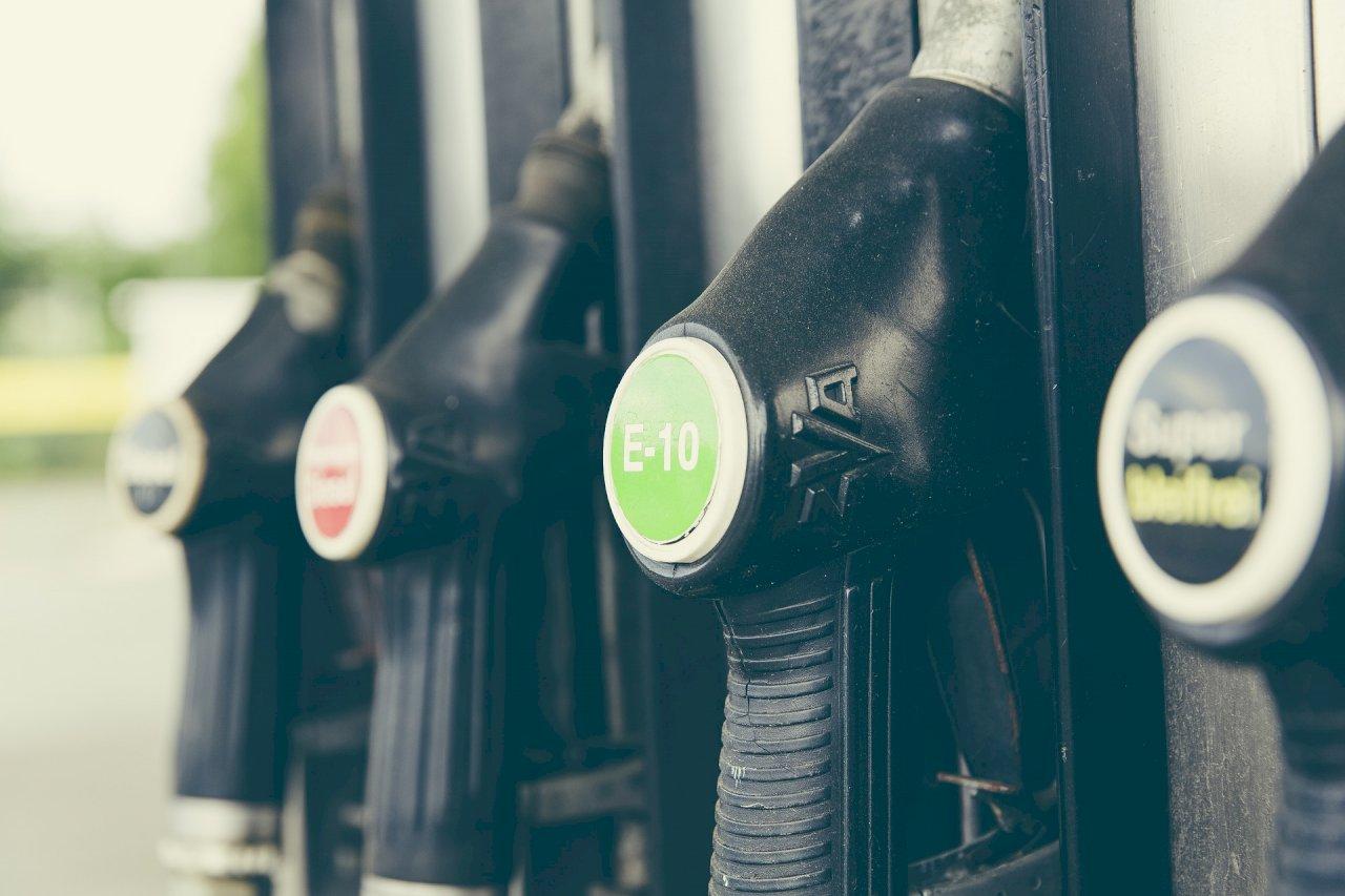 高美溼地旁油庫傳大規模漏油 中油:洩漏範圍僅在庫區內