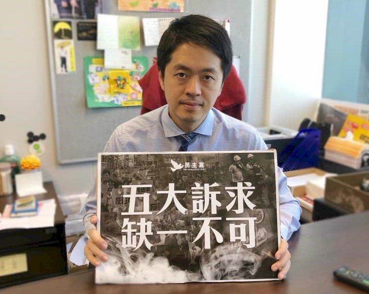 香港議員許智峰步出理大:校內還有10餘人留守