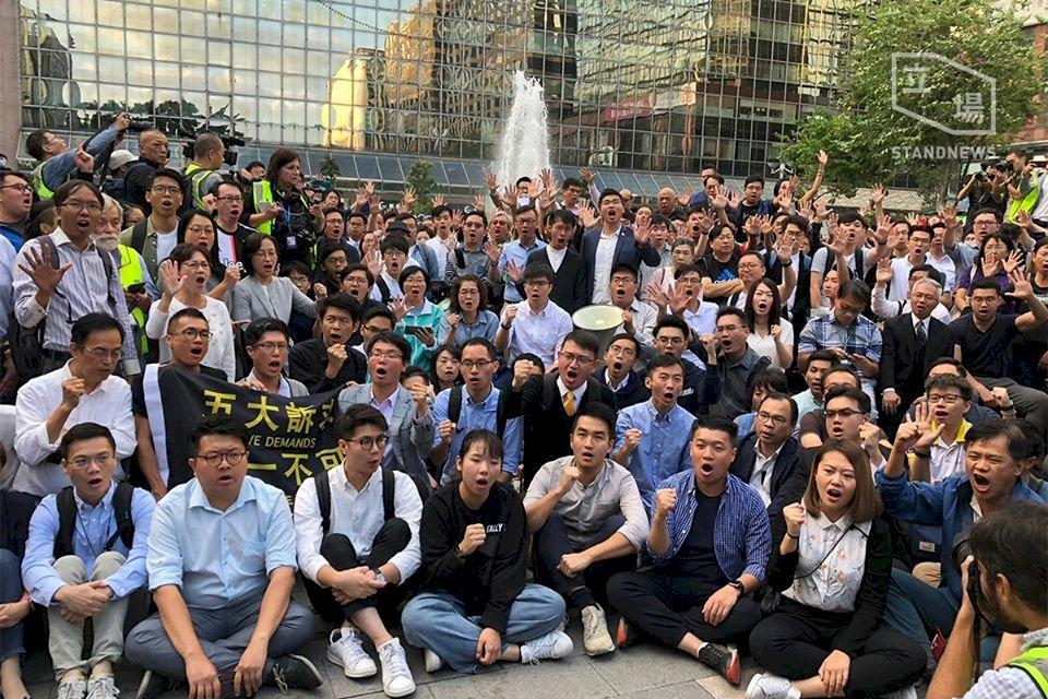 香港區選泛民大勝 僵局化解仍難樂觀