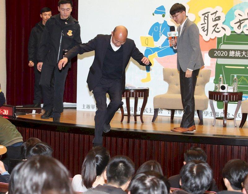 台灣青年民主協會等團體5日晚間在台北國際會議中心舉辦「青聽我們說-2020總統大選青年論壇」,國民黨總統參選人韓國瑜(中)出席和青年對談,活動結束後,韓國瑜從舞台一躍而下,到第一排與學子合影。