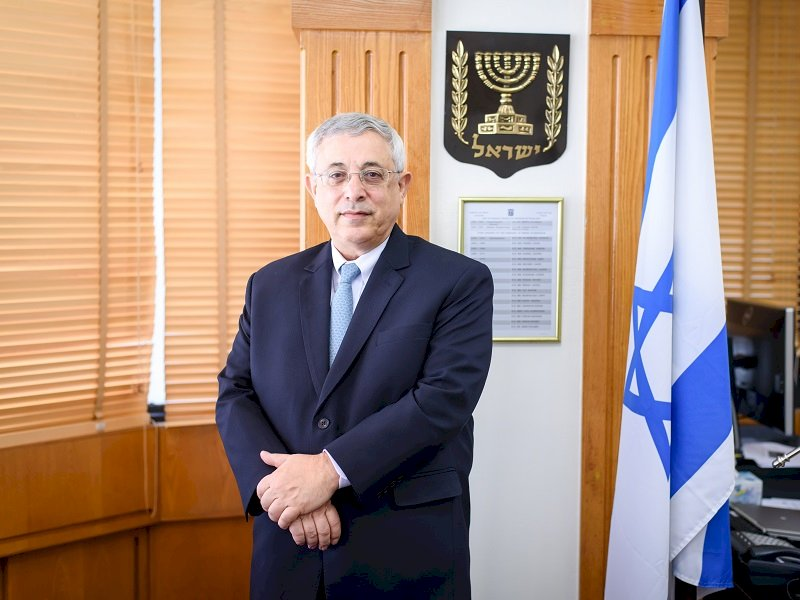 男子穿納粹服合影耶誕樹 以色列駐泰大使表失望