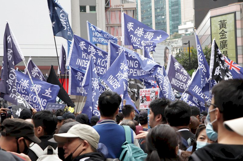 港警開始執行國安法 高舉獨立旗幟皆屬違法