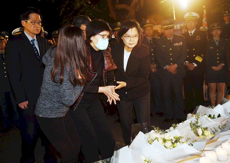 台北賓館追思會沈一鳴夫人悲泣 蔡總統擁抱安慰