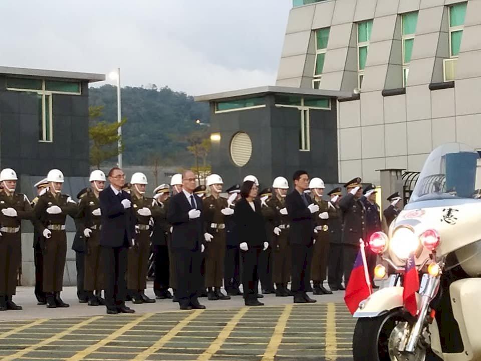 黑鷹將士移柩 蔡總統親臨鞠躬致敬
