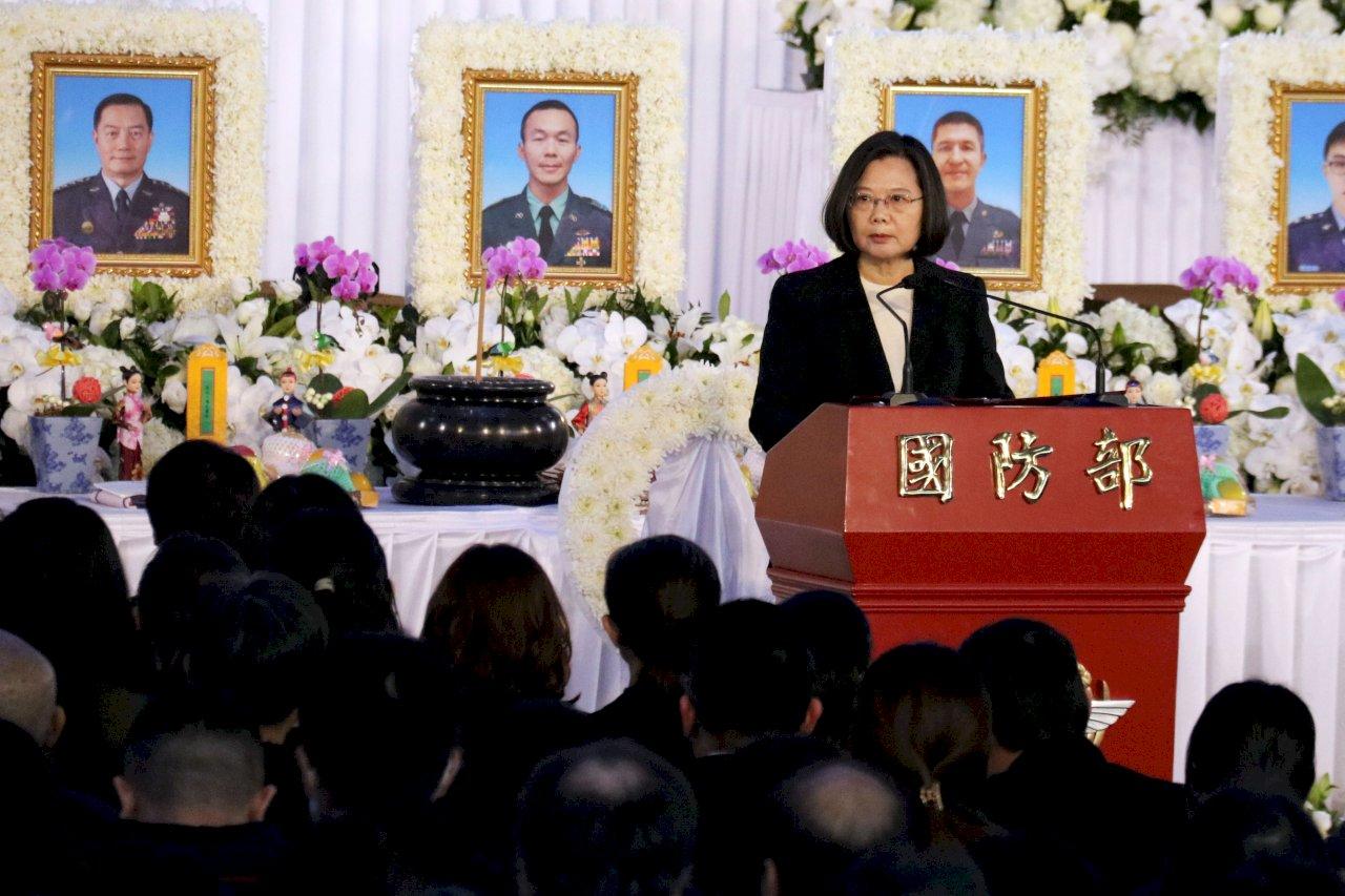 蔡總統出席黑鷹罹難將士公祭 宣布新增國軍3項加給