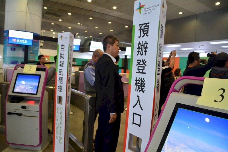 新北捷運環狀線19日起試乘,市長侯友宜16日視察時表示,旅客可在環狀線轉機場線產業園區站預辦登機與託運(圖),縮短旅程。