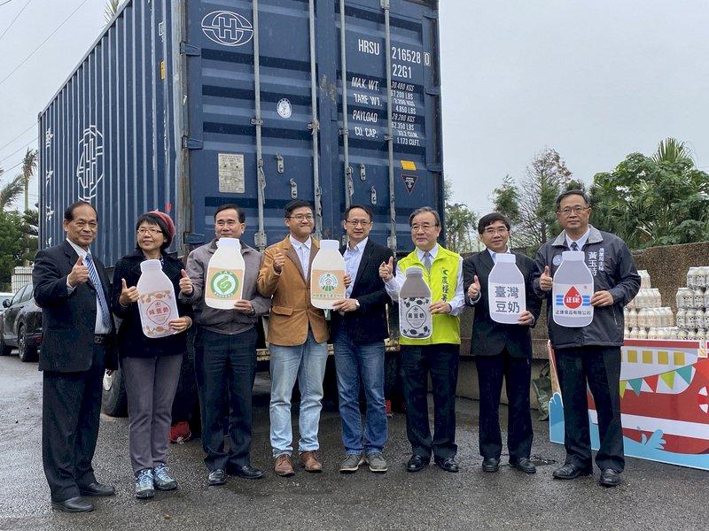 農糧署長胡忠一(右3)17日在桃園市主持國產豆製奶品首銷日本封櫃啟運儀式,希望讓日本消費者品嚐到台灣豆奶的好滋味。