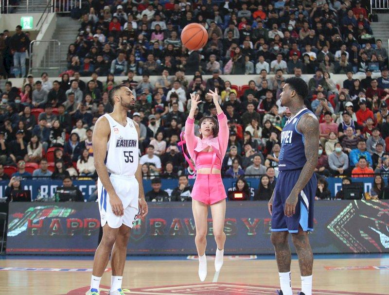 藝人「瑤瑤」郭書瑤(中)18日應邀現身東南亞職業籃球聯賽(ABL)台北富邦勇士隊的主場台北和平籃球館,為賽事開出第一球。