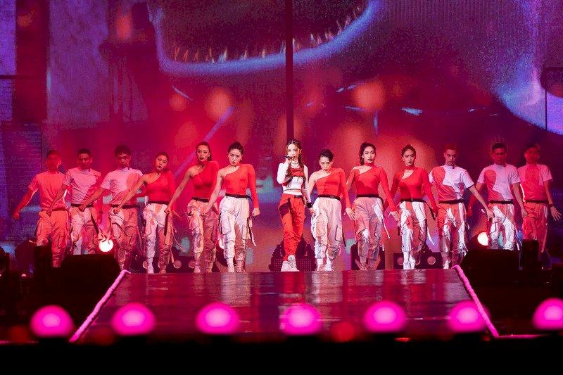 歌手鄧紫棋18日晚間登上第15屆KKBOX風雲榜頒獎典禮舞台,擔綱開場表演,炒熱現場氣氛。(KKBOX 提供)