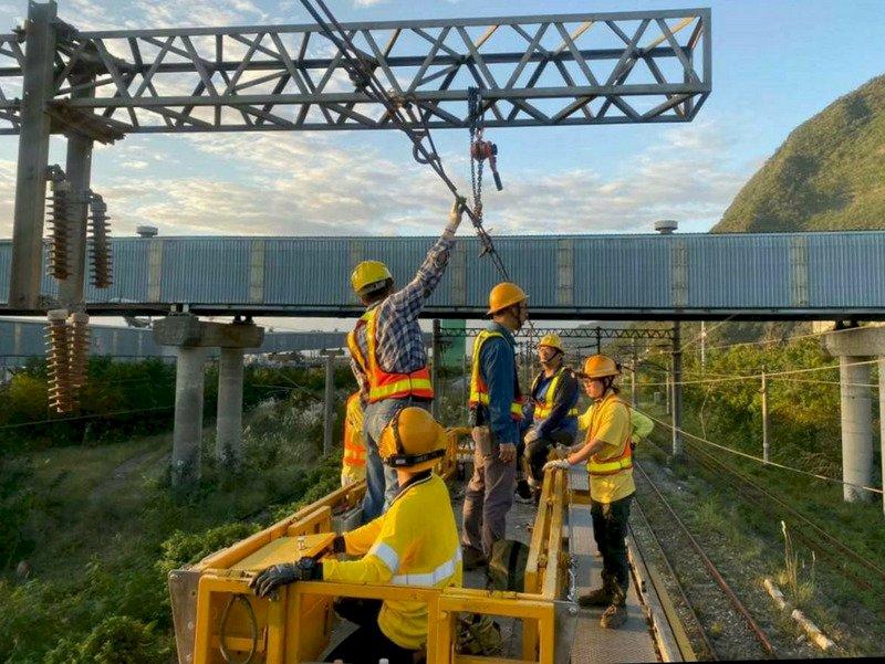 台鐵三義后里電車線清晨修復 影響逾1.6萬人