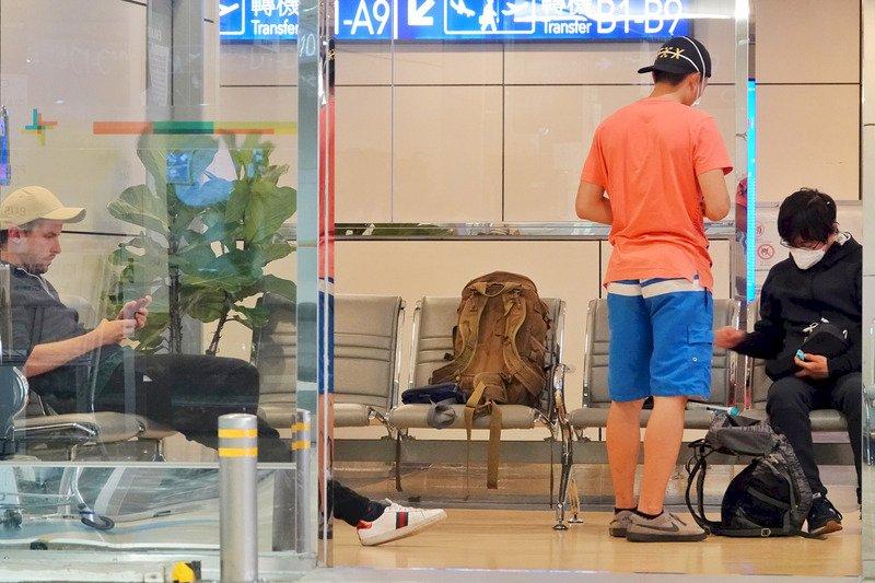 由於紐西蘭地勤人員作業疏失,1名英國人與2名日本人26日下午搭乘紐西蘭航空班機來台,但因台灣禁止轉機,外籍人士無法入境,加上紐西蘭也已禁止外國人入境,讓3人處境尷尬。直到晚間,3人仍待在轉機櫃檯旁的休息區內。