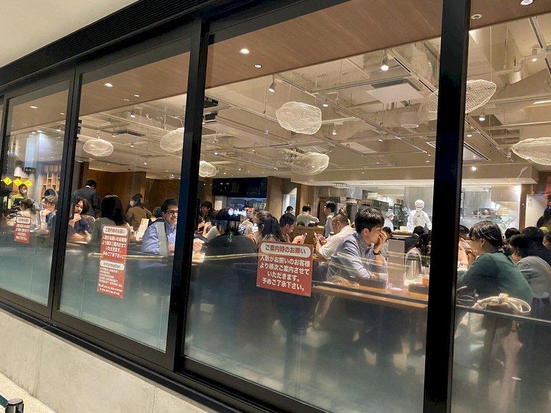 日本東京31日再添78人確診武漢肺炎,東京累計確診已超過500例,居日本都道府縣最多。圖為東京新橋夜晚仍可看到餐廳內上班族高朋滿座的情況。