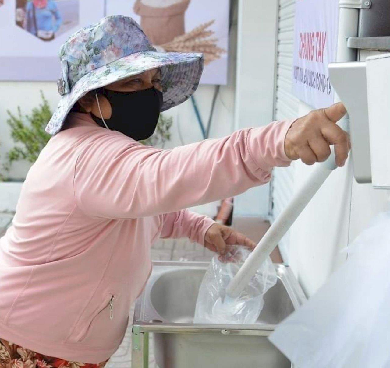 武漢肺炎封城 越南企業老闆提供窮人免費「白米ATM」