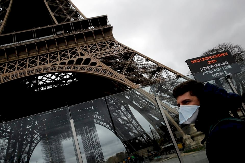法國解除戶外強制口罩令 迪士尼重開米奇不抱抱