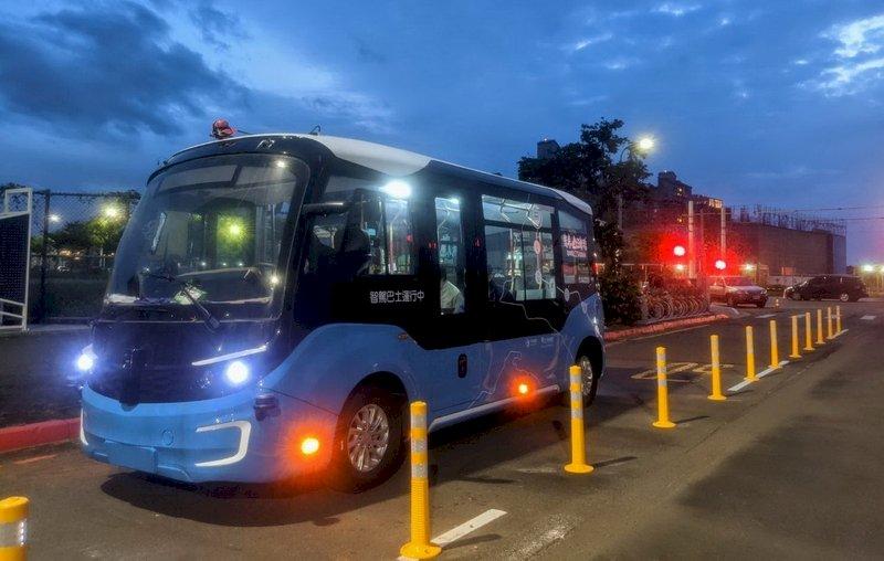 全台首輛載客智駕巴士 淡海輕軌上路