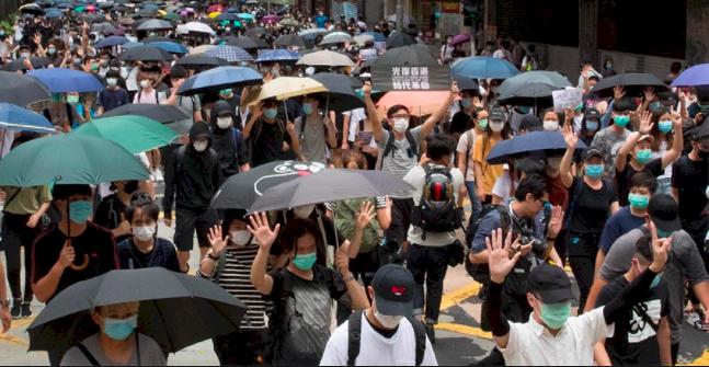 港網民號召反《國歌法》遊行人群聚集中 港警先嗆將果斷執法(影)