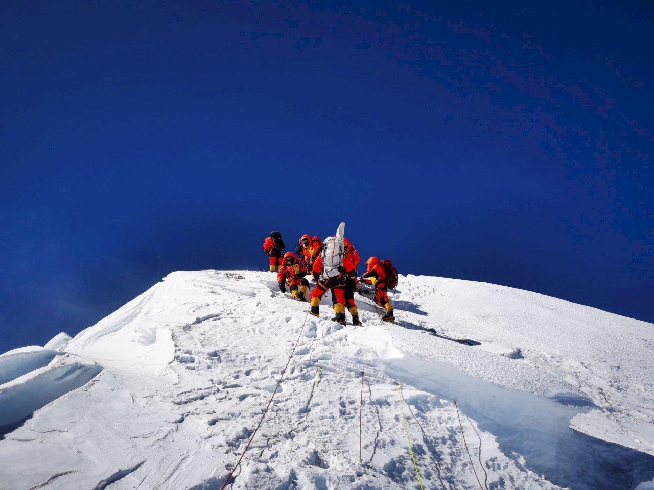 疫情期間首見攻頂 中國測量隊登上聖母峰