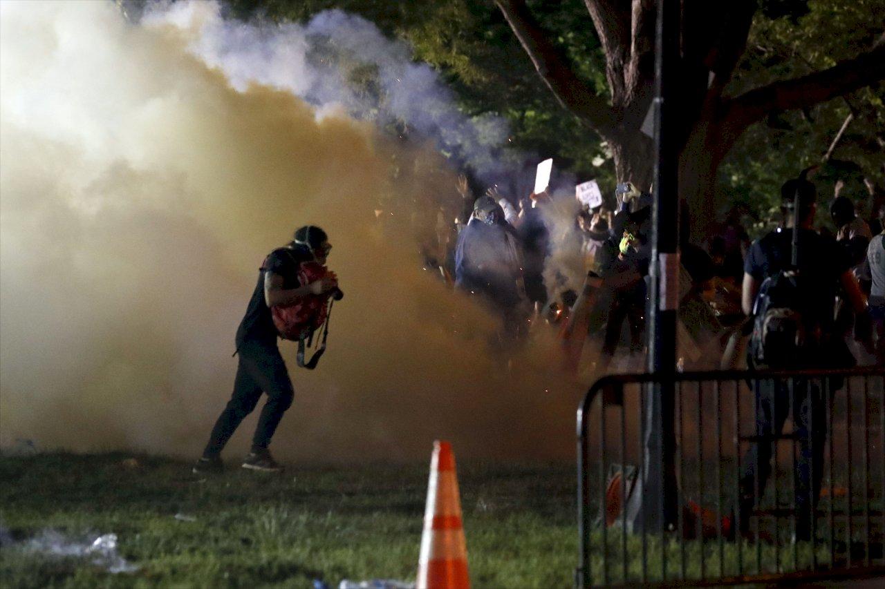 華府示威者無視宵禁 警方白宮外發動催淚瓦斯