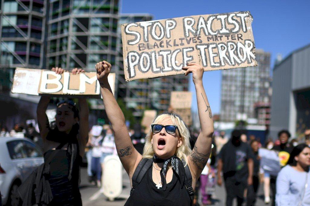 倫敦人跨海聲援 美使館外抗議佛洛伊德之死
