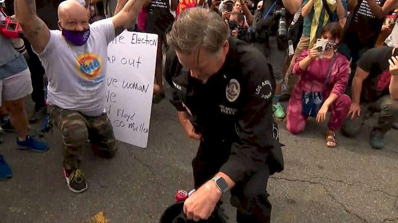 與示威者同陣線 美各地現警員單膝跪地共祈禱