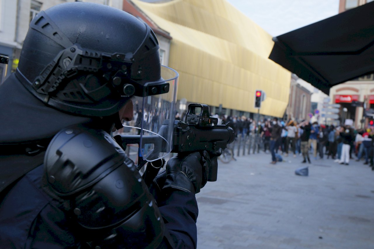 不滿政府擬禁用鎖喉手法 法國警察集會抗議