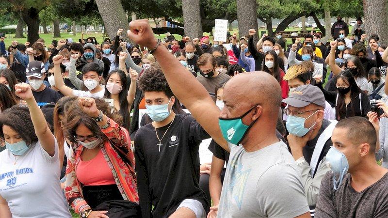 美郊區年輕人響應示威 高舉拳頭呼喊終結歧視
