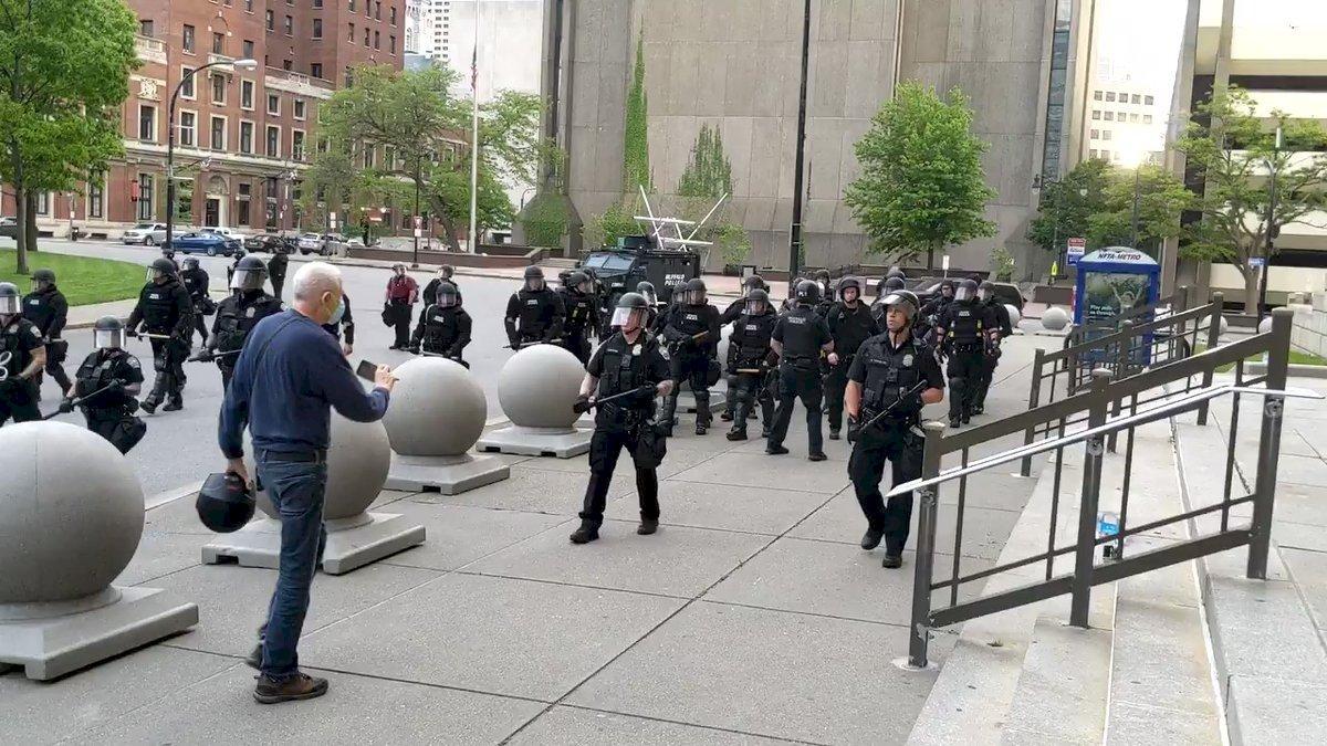 同袍推倒75歲翁遭停職 紐約水牛城警察同進退抗議