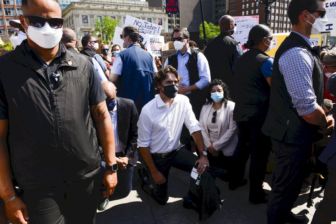 杜魯道單膝跪地 響應反種族歧視示威
