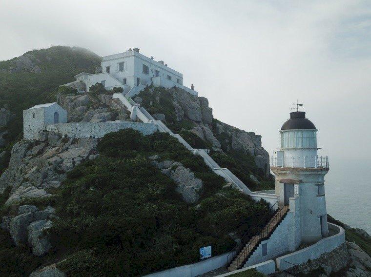 趁解封、賞藍眼淚 馬祖2座百年古蹟燈塔重新開放