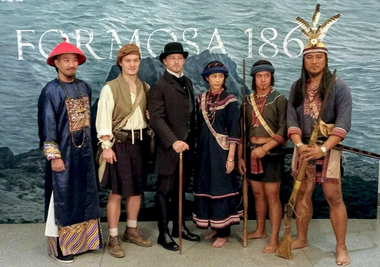 曹瑞原史詩新戲定名《斯卡羅》 男女主角穿戲服亮相