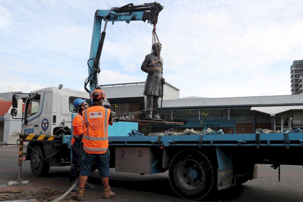 反種族主義浪潮燒紐國 殖民指揮官雕像被拆除