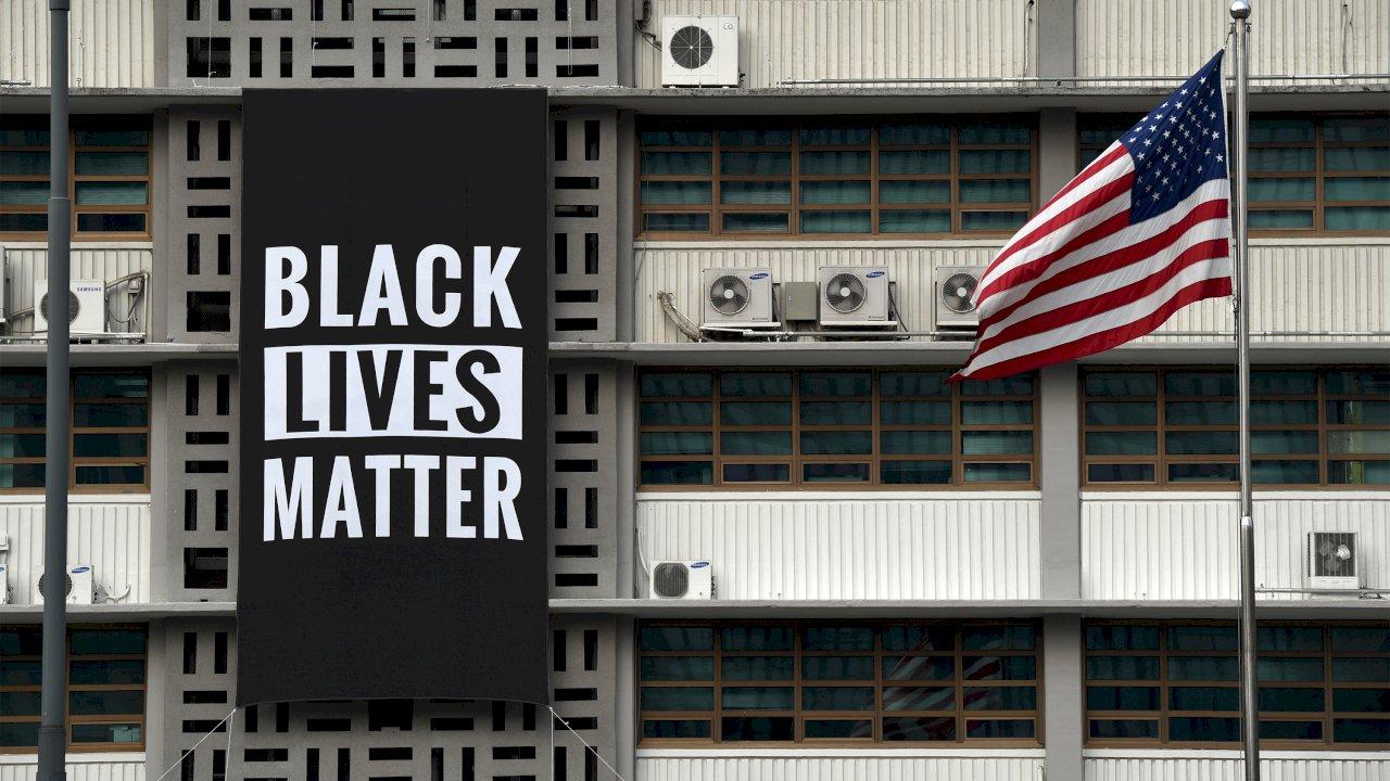 挺反種族示威 美駐首爾使館高掛黑人命也是命