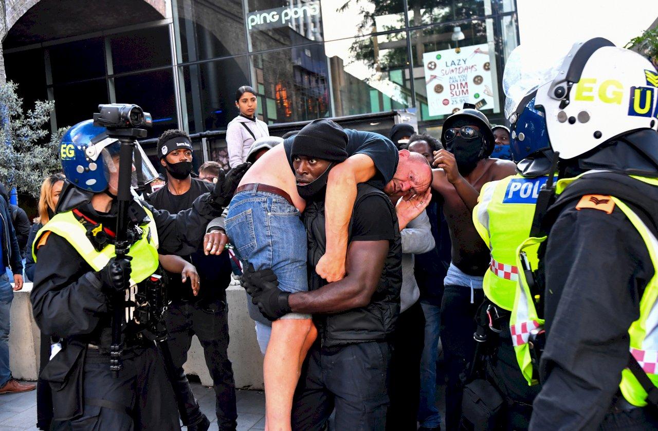 非裔壯漢扛白人照瘋傳 英國抗議背後藏暖心故事