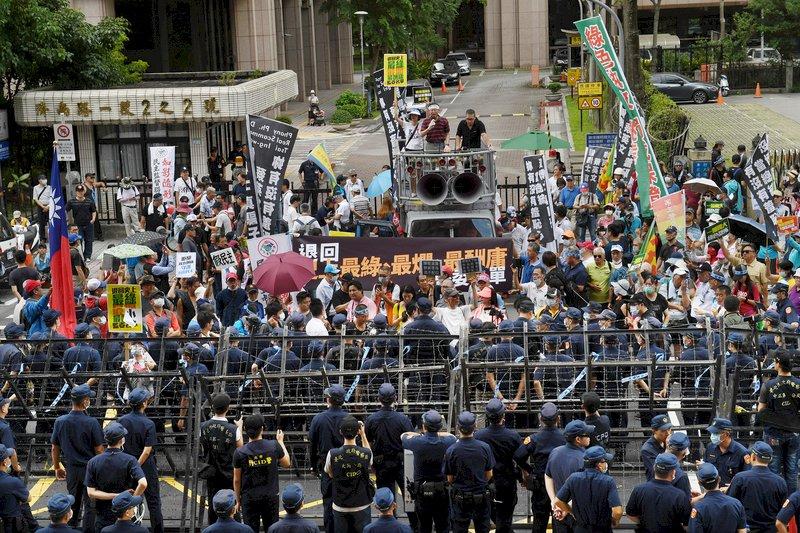 立法院前民眾集會抗議 警方籲理性守法