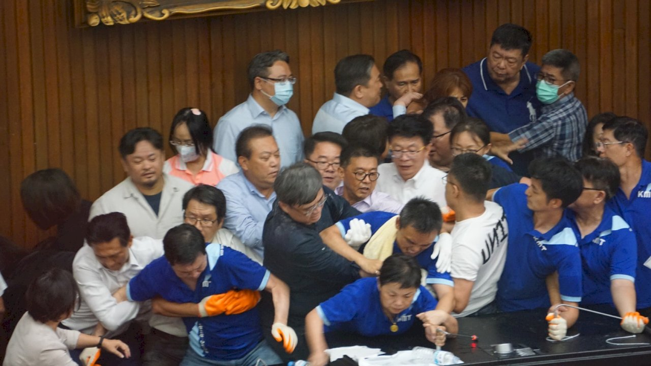 藍委占據議場抗議監委人事 朝野爆發肢體衝突
