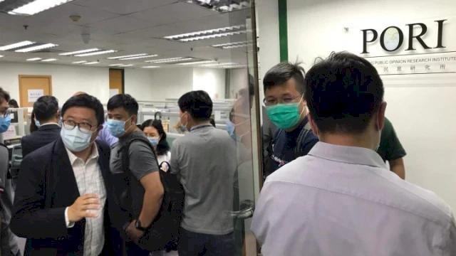 香港民主派立法會初選前夕 港警搜查香港民意研究所