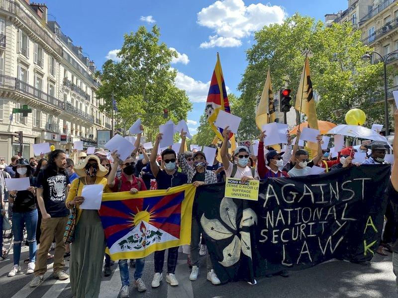 巴黎反香港國安法遊行 籲全球團結聲討中國獨裁