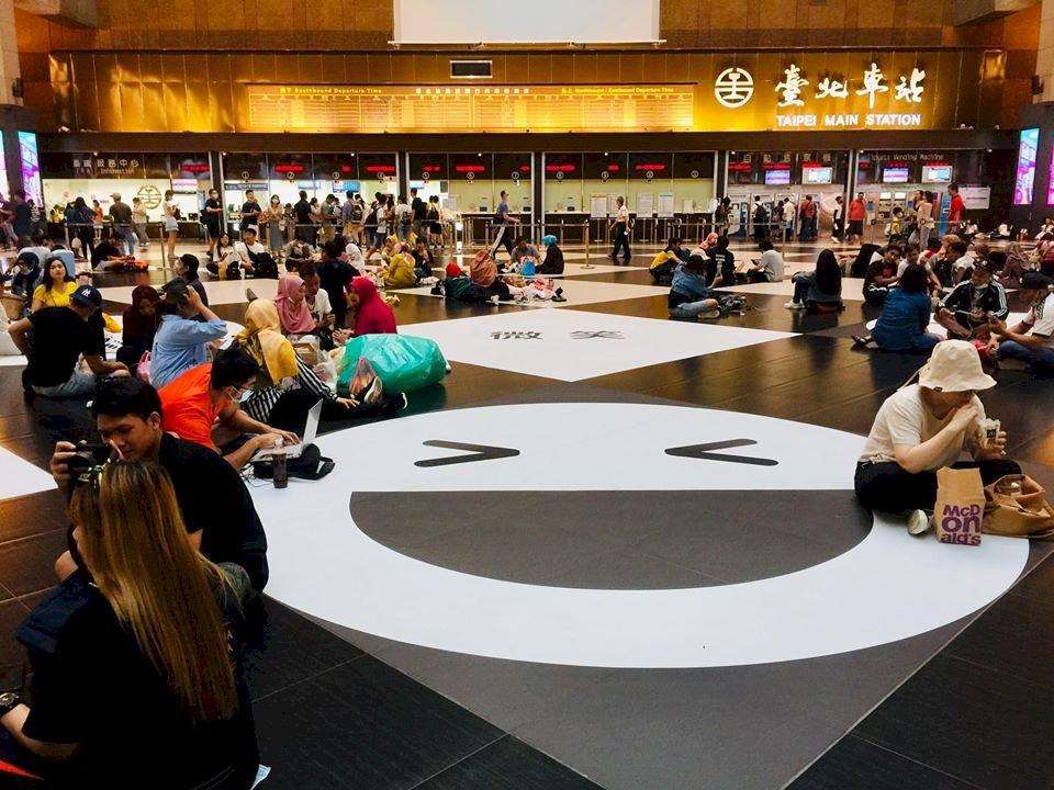 台北車站大廳可席地坐 林佳龍:下一步促台鐵推多元空間規劃