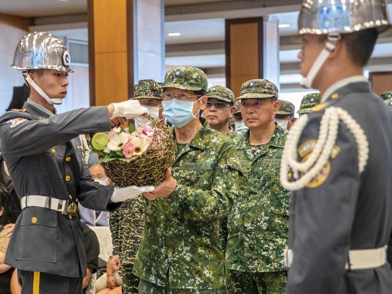 國防部長悼念殉職飛官 表達最崇高敬意