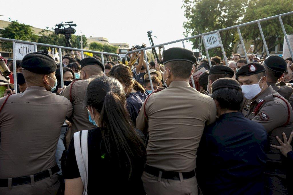 數千名泰國年輕人上街吶喊 要求政府下台國會改選