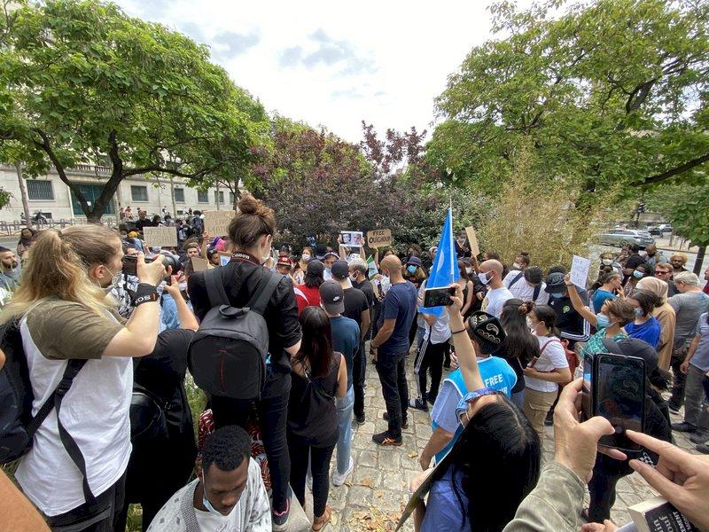 抗議維吾爾族遭侵害 法國民眾中國使館旁抗議