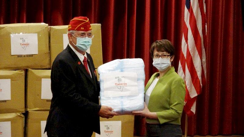 蕭美琴華府首亮相 贈美退伍軍人協會口罩