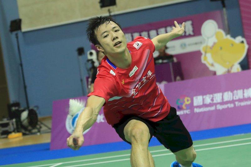 模擬東京奧運對抗賽1日進行羽球賽事,男子單打由王子維(圖)對上陳孝承,王子維開局就連拿15分,終場以21比5、21比15輕鬆拿下。