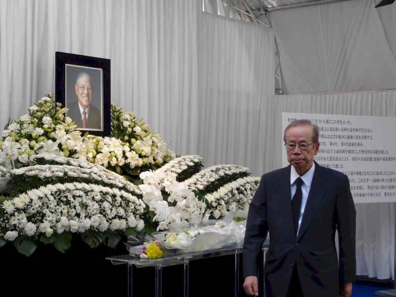 駐日代表處設「悼念李前總統登輝先生逝世簽名處」,日本前首相福田康夫4日前來致意,對媒體表示他與李前總統交情好。
